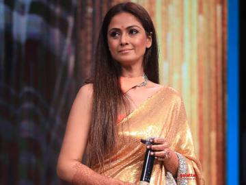 Gautham Menon presents Evergreen Empress Award to Simran at Galatta Wonder Women Awards!