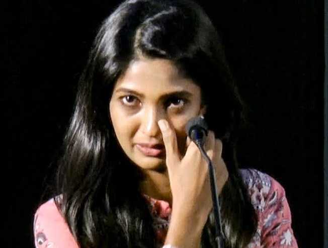 Emotional Video: Actress Keerthi Pandian breaks down into tears!