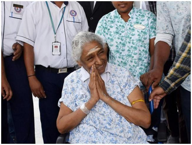 Singer S Janaki Suffers Injury And Surgery Performed Tamil Singer