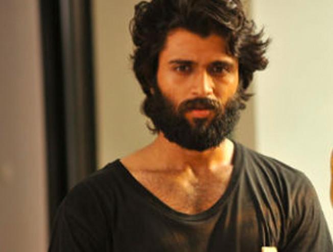Yogi Babu spoofs Arjun Reddy in Jada - Movie Cinema News