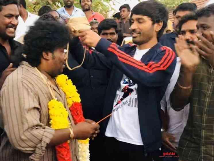 Dhanush presents a gold chain to Yogi Babu for his wedding Karnan - Tamil Movie Cinema News
