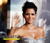 Halle loses cool with Photographers!