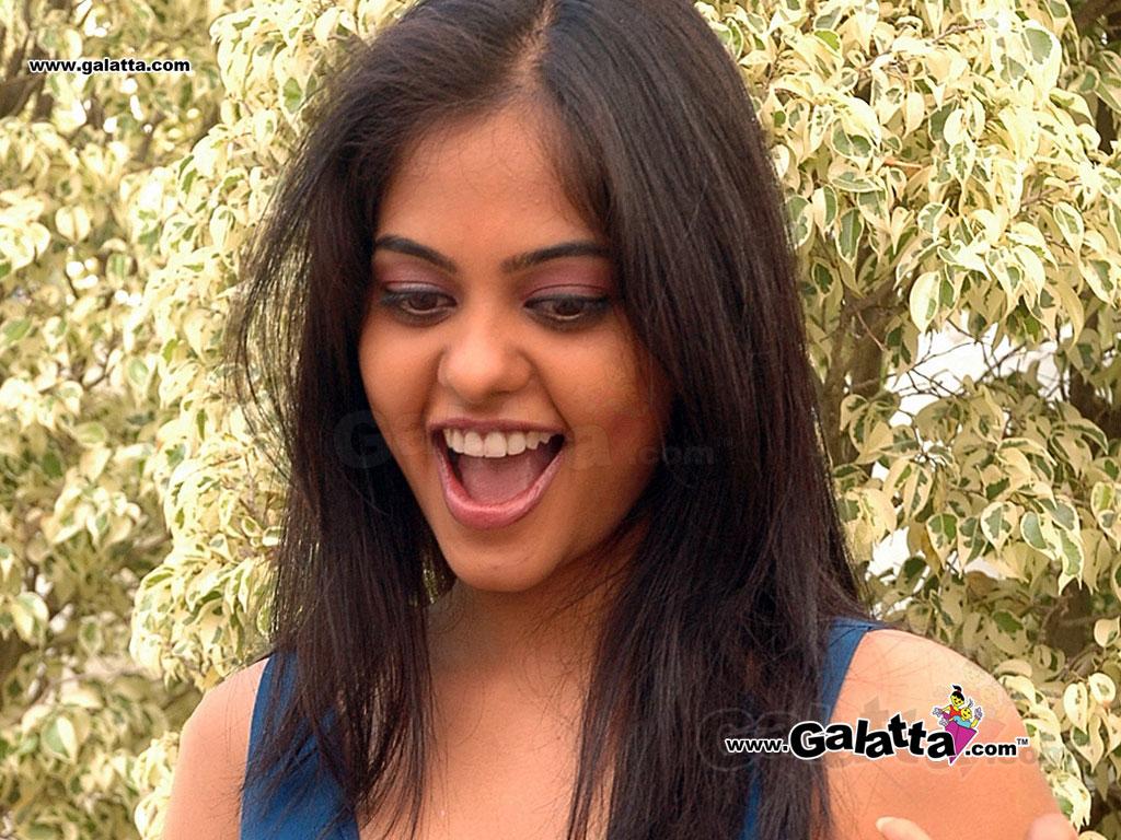 bindu madhavi wallpapers medium 1 - tamil actors, tamil actresses